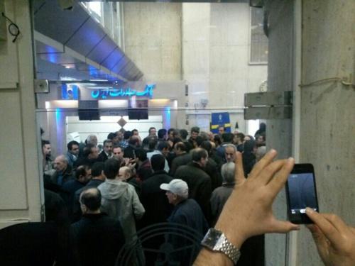 درخواست تعطیلی بورس / چرا شاخص واقعی نیست !/ تحویل اعتراض نامه سهامداران به روحانی در مترو /چرا هر اتفاقی در دنیا می افتد بورس تهران افت می کند / مدیر عامل بورس : از دست من خارج است